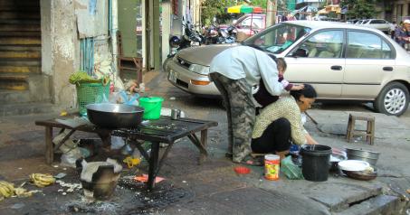 Cuisiner dans la rue, Cambodge, Phnom Penh